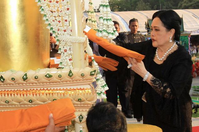 Ratu Sirikit mempersembahkan jubah bhikkhu