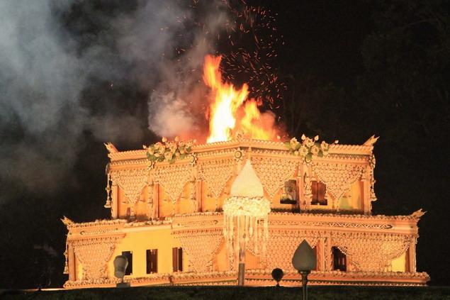 Api membakar peti jenasah yang berisi jasad Ajahn Maha Bua