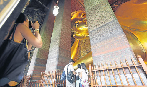 in thailand obama visit famous temple of the reclining
