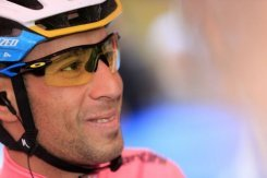 Nibali still in Giro pink, Intxausti wins stage