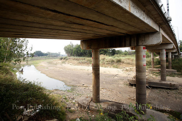 A part of Yom River which passes through tambon Rang Nok in Sam Ngam district of Phichit province has gone dry.