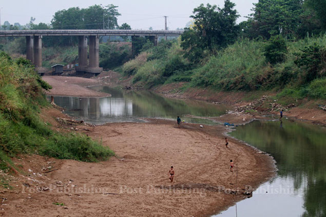 Sukhothai province is facing the worst drought in 20 years. Parts of Mae Yom River in Sri Sam Rong district has dried out.