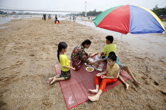 Parts of Ping River that run through Tak province have completely dried out and have become new picnic spots for the locals. Other activities include football and volleyball.