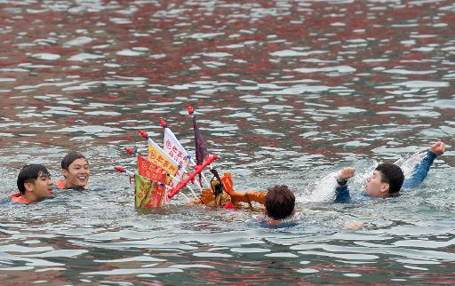 Worshippers throw themselves into Taiwan harbour for good luck