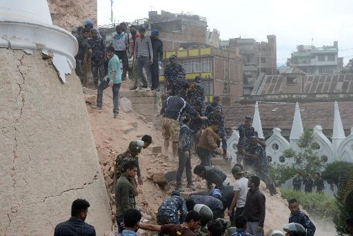 Death toll from huge quake in Nepal 'hits 876'