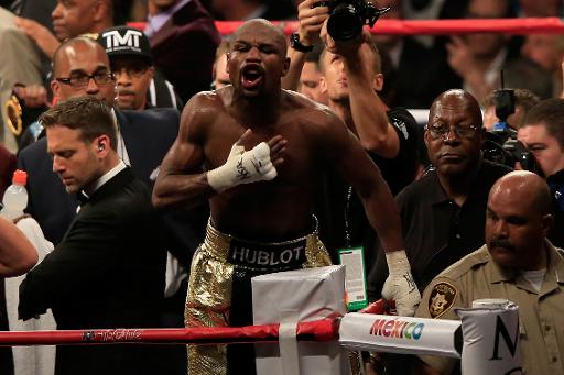 Mayweather ignores jeers in moment of triumph
