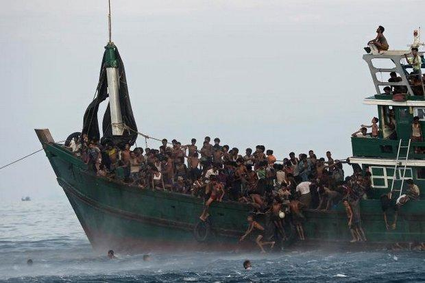 Navy pushes migrants out to sea