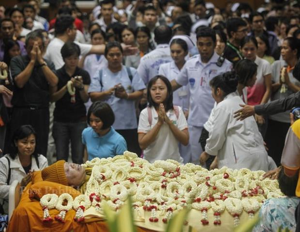 Para umat memberikan penghormatan terakhir kepada mendiang Luang Por Khoon yang wafat di usia 91 tahun.