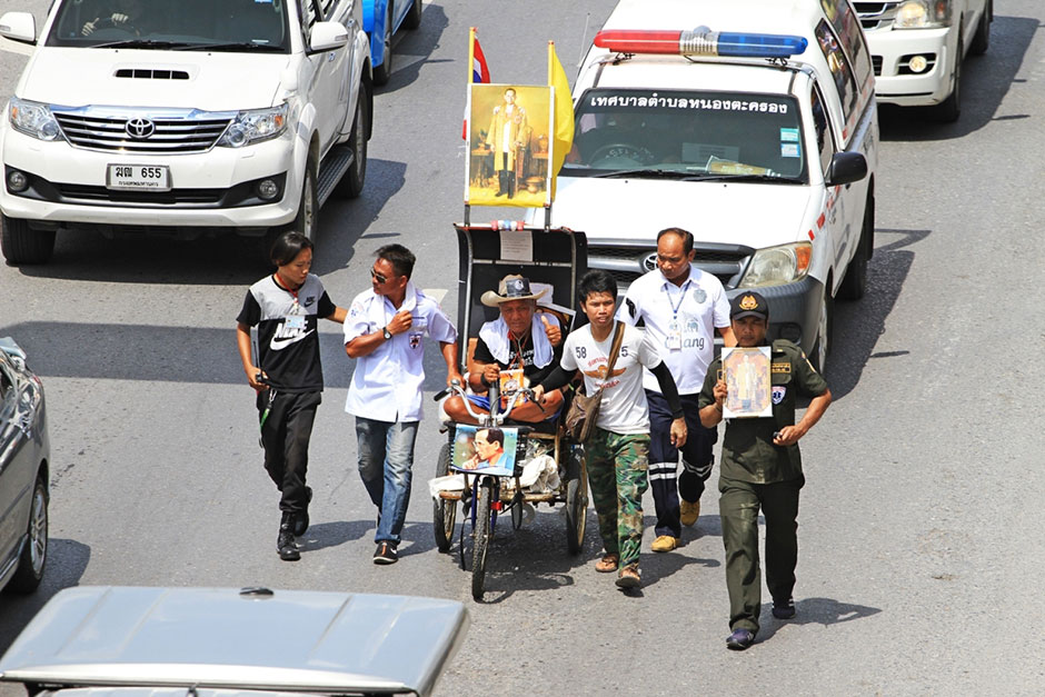 Pan Muenyot, 84, arrives in Pathum Thani on his wheelchair after leaving his house in Buri Ram on Oct 15 to pay respects to King Bhumibol at the Grand Palace.