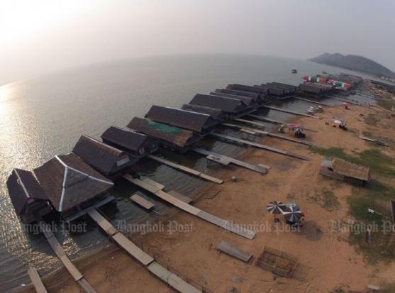 Once-floating restaurants near the Ubolratana Dam in Khon Kaen province put up makeshift walkways to continue serving customers on March 26 after the water level in the reservoir fell to less than 1%. (Photo by Pattarapong Chatpattarasill)