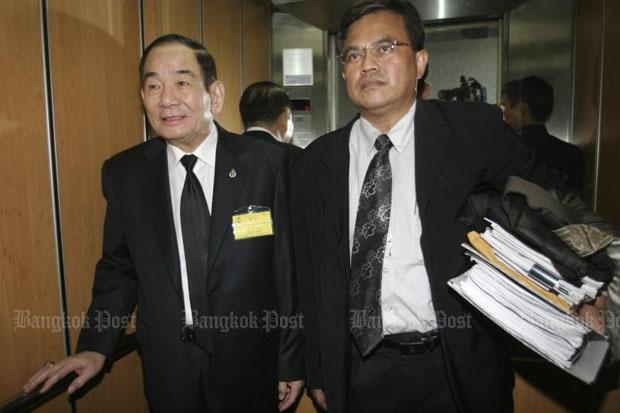 Vatana Asavahame, left, arrives with his defence lawyer at the Supreme Court in April 2008 for trial in the Khlong Dan wastewater treatment corruption case. The 79-year-old political veteran was convicted and has been fugitive for eight years. (Photo by Chanat Katanyu)