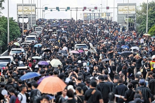 King melts hearts as Thais unite in grief