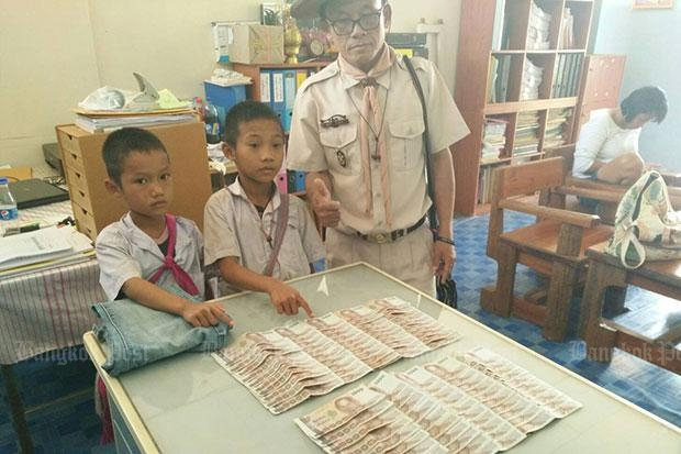 Schoolboys find B100,000 in cash