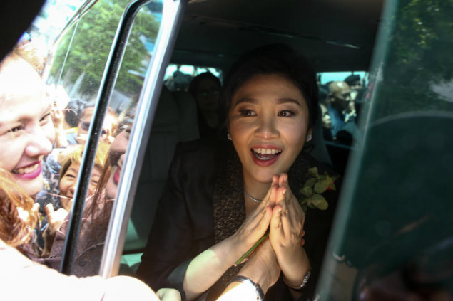 Yingluck thronged by supporters