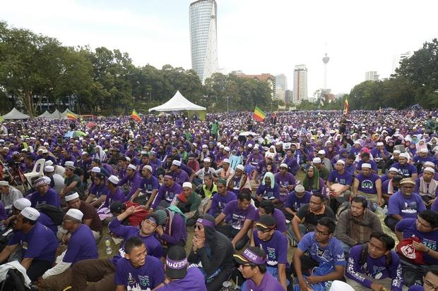 Malaysians rally for and against sharia law | Bangkok Post: news
