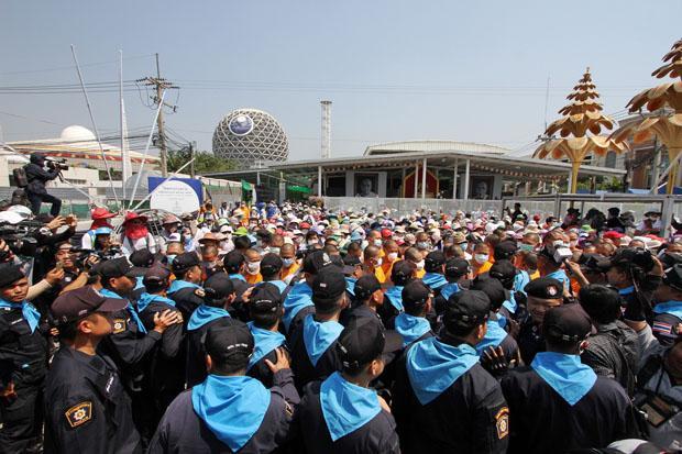 Dhammakaya's human shield just before deadline | Bangkok Post: news