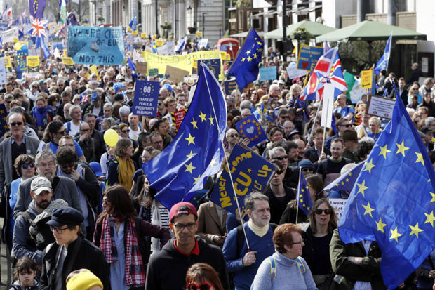 Thousands in London take to streets to protest Brexit plan