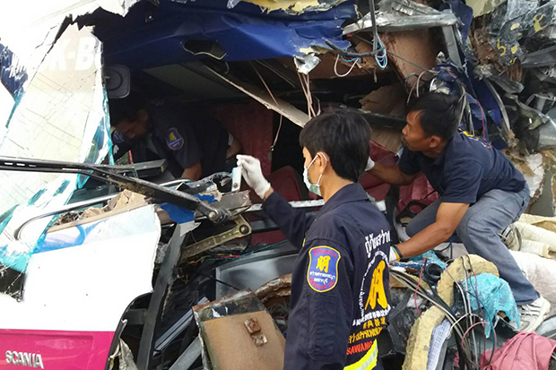 Tour bus rear-ends truck, 1 killed, 5 injured