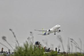 China's new jet takes off to challenge Boeing, Airbus