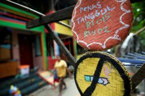 Indonesians create local smoke-free zones