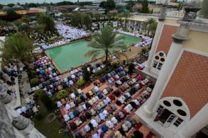Muslims celebrate Eid festival as Ramadan ends
