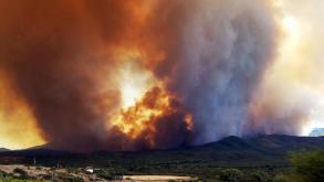 Thousands in Arizona flee as wildfires sweep western US