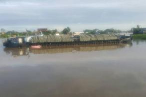 Sugar barge hits Chao Phraya bridge