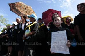 Large crowds volunteer to help with royal cremation