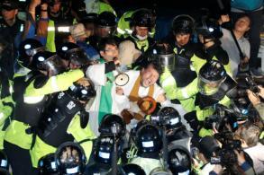 Dozens hurt as S. Koreans protest THAAD launchers