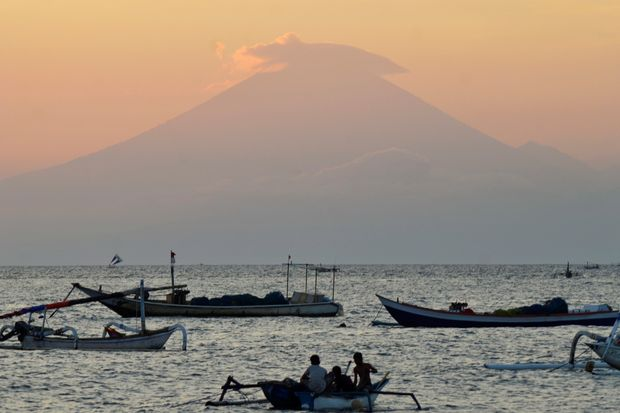 Thousands evacuated as volcano rumbles on Bali