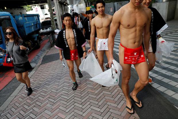 Volunteers clean up Tokyo in loincloths