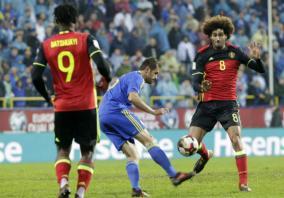 Soccer: Man Utd's Fellaini suffers knee injury