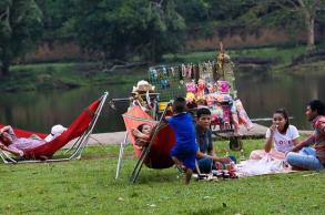 Food vendors cleared from Angkor Wat lawn