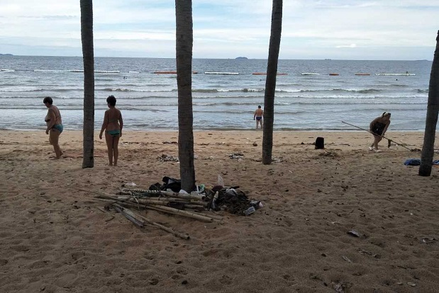 Tourists hoping to swim clear garbage from Jomtien beach