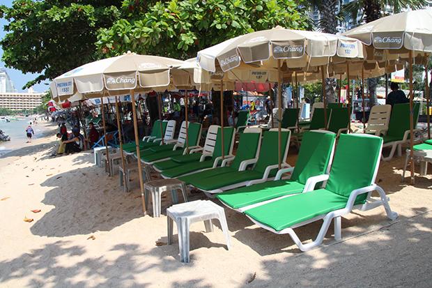 New Pattaya beach chairs 'uncomfortable, fall over'
