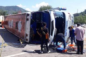 Tour bus overturns in Phetchabun; 1 killed, 20 injured