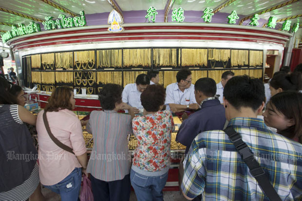 Gold prices down 100 baht