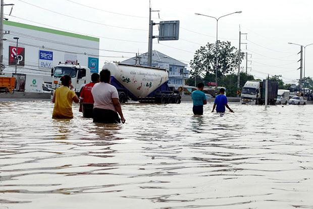Flooding ravages Phetchaburi, southern highway | Bangkok Post: news