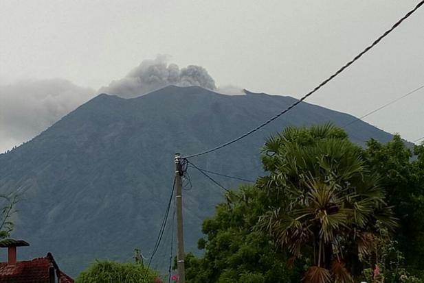 Bali volcano: Jetstar and Qantas cancel flights as Mt Agung erupts again