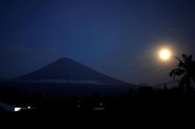 Hypnotising supermoon glows near Mount Agung
