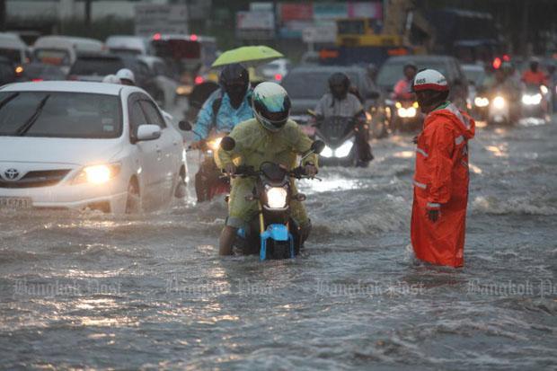 overstromingen-in-bangkok-in-het-nong-chok-district--viel-er-1375-millimeter-regen