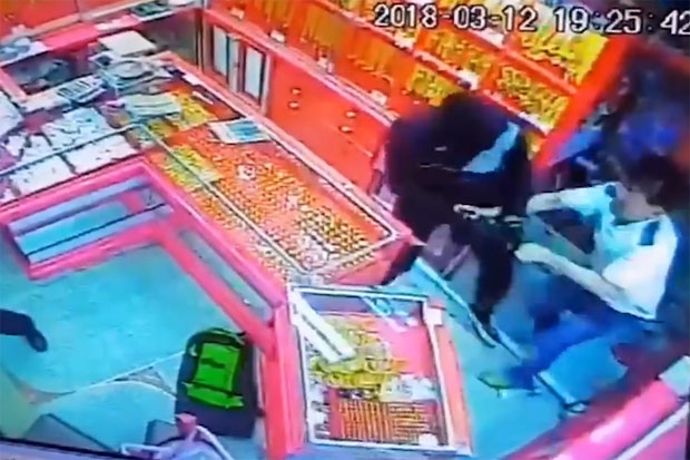 Hunt for a couple who robbed gold shop