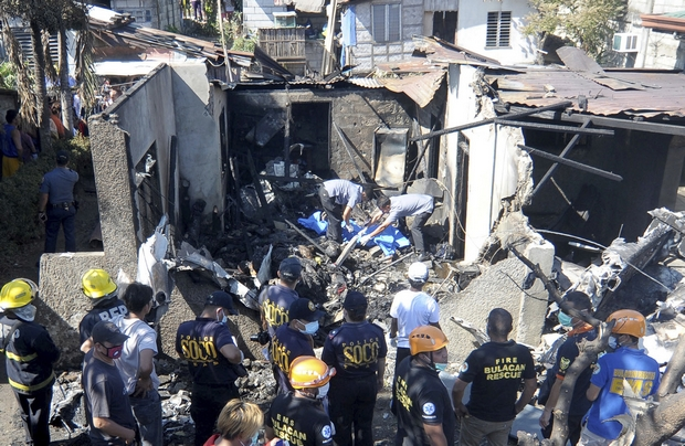 10 die as plane strikes house near Manila