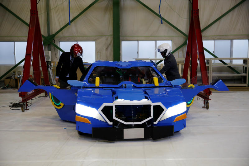 Transforming robot unveiled in Japan
