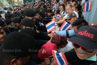 Police block marchers from leaving Thammasat