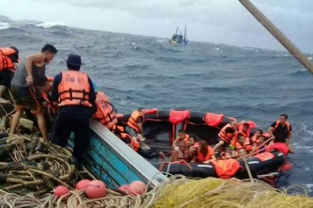 One dead, 'dozens missing' as Chinese tourist boat sinks