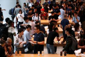 Apple fans in Singapore get hands on new iPhones