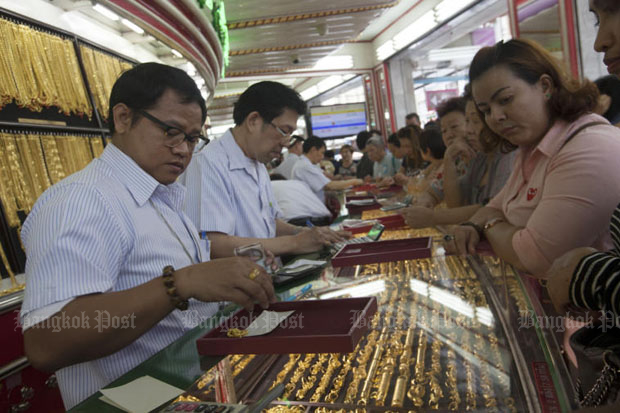 Gold prices down 100 baht to B18,900