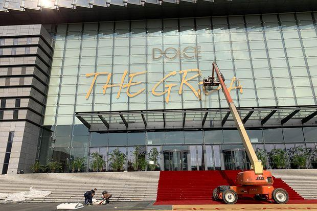 fe5b60440c25 Workers remove signs that read  Dolce   Gabbana The Great Show  at the  Shanghai Expo Center after the fashion show by the luxury fashion brand was  cancelled ...