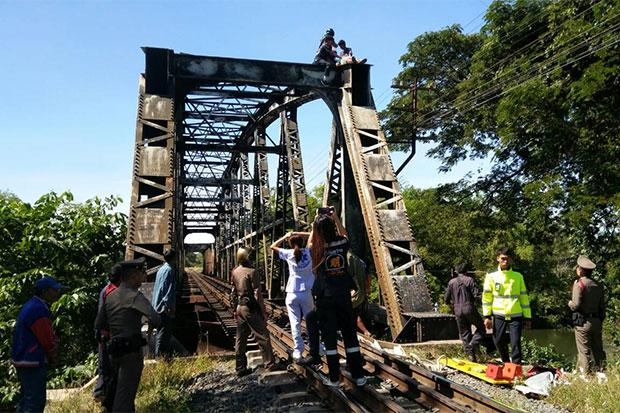 Mentally ill man rescued from top of railway bridge | Bangkok Post: news